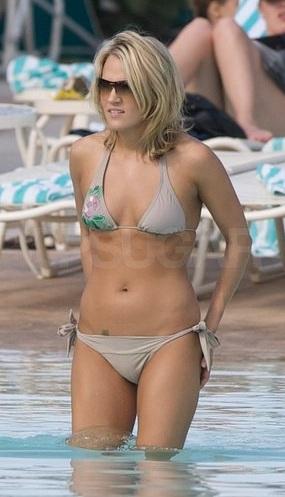 Jennifer Nettles In A Bikini