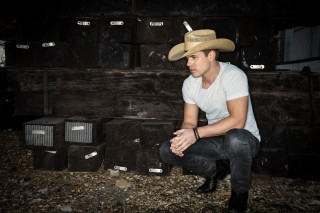 Dustin Lynch Wants a 'Mind Reader' This Valentine's Day