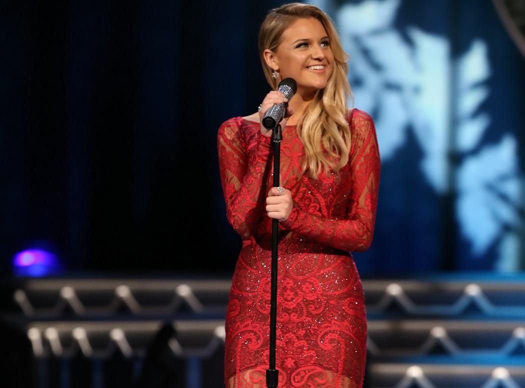 Jennifer Nettles, Kelsea Ballerini & More Kick Off Holiday Season With 'CMA Country Christmas'