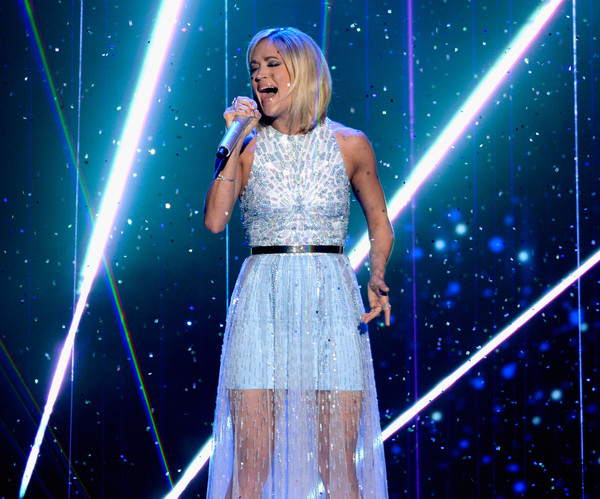 Carrie Underwood Sings Something In The Water On American Idol Finale Sounds Like Nashville