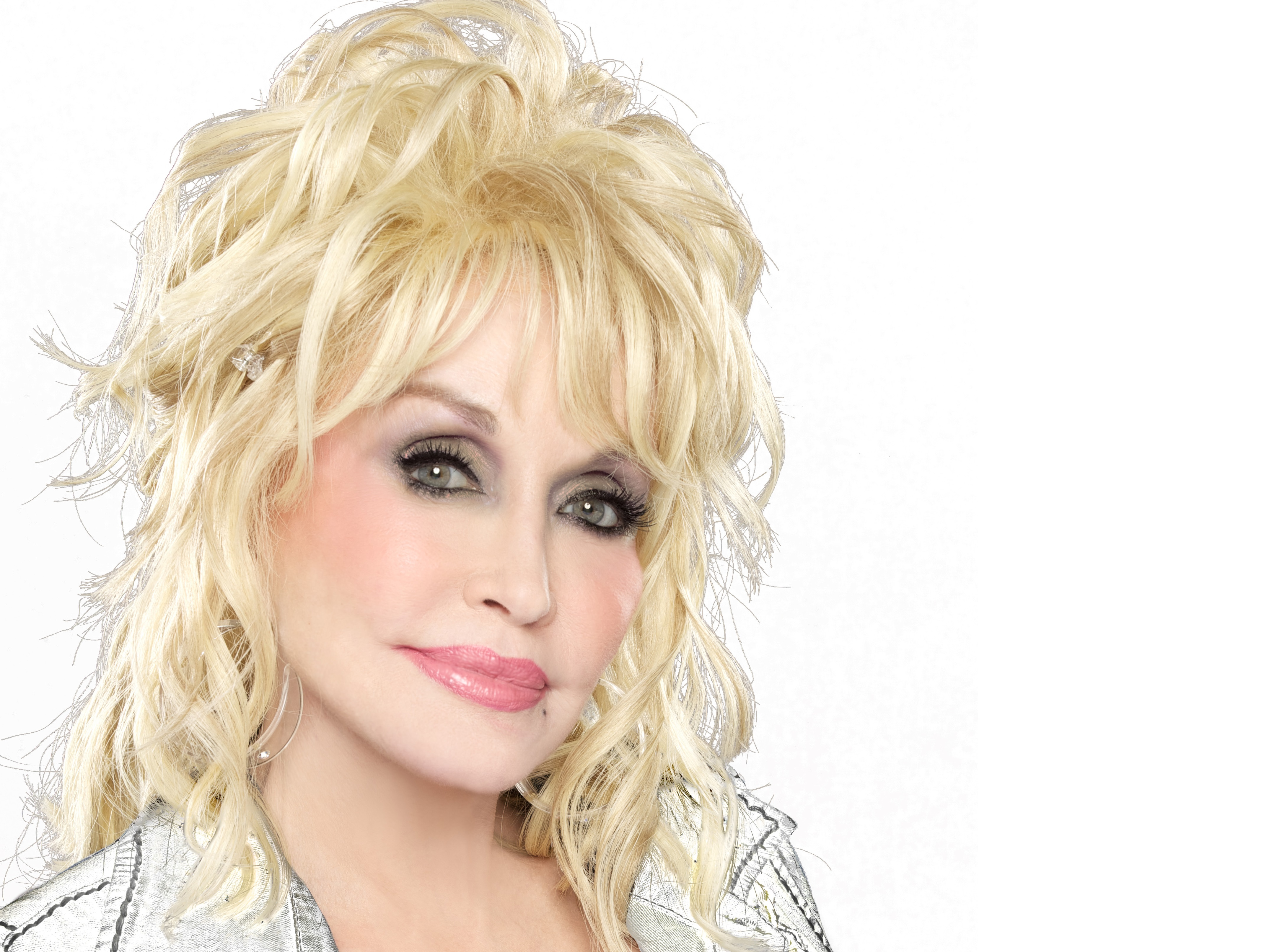 Dolly Parton Says Her Comments About Hillary Clinton Were 'Taken Out ...