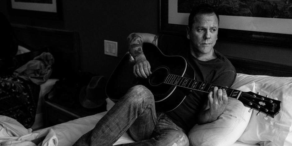 Kiefer Sutherland Premieres New Single, 'Can't Stay Away'