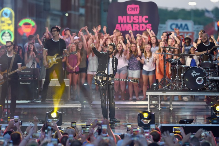 Thomas Rhett Keeps the Night Going with Outdoor Performance of 'T-Shirt' on CMT Awards