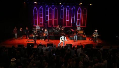 Garth Brooks Wows at First Ryman Show