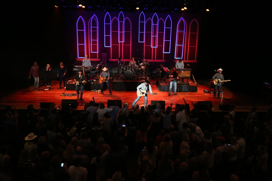 Garth Brooks Wows at First Ryman Show