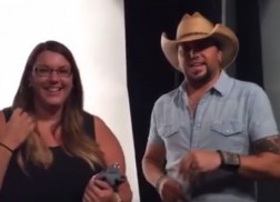 Jason Aldean Surprises Fan While in New York City