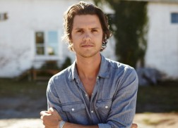 Steve Moakler Releases Romantic Music Video for 'Suitcase'