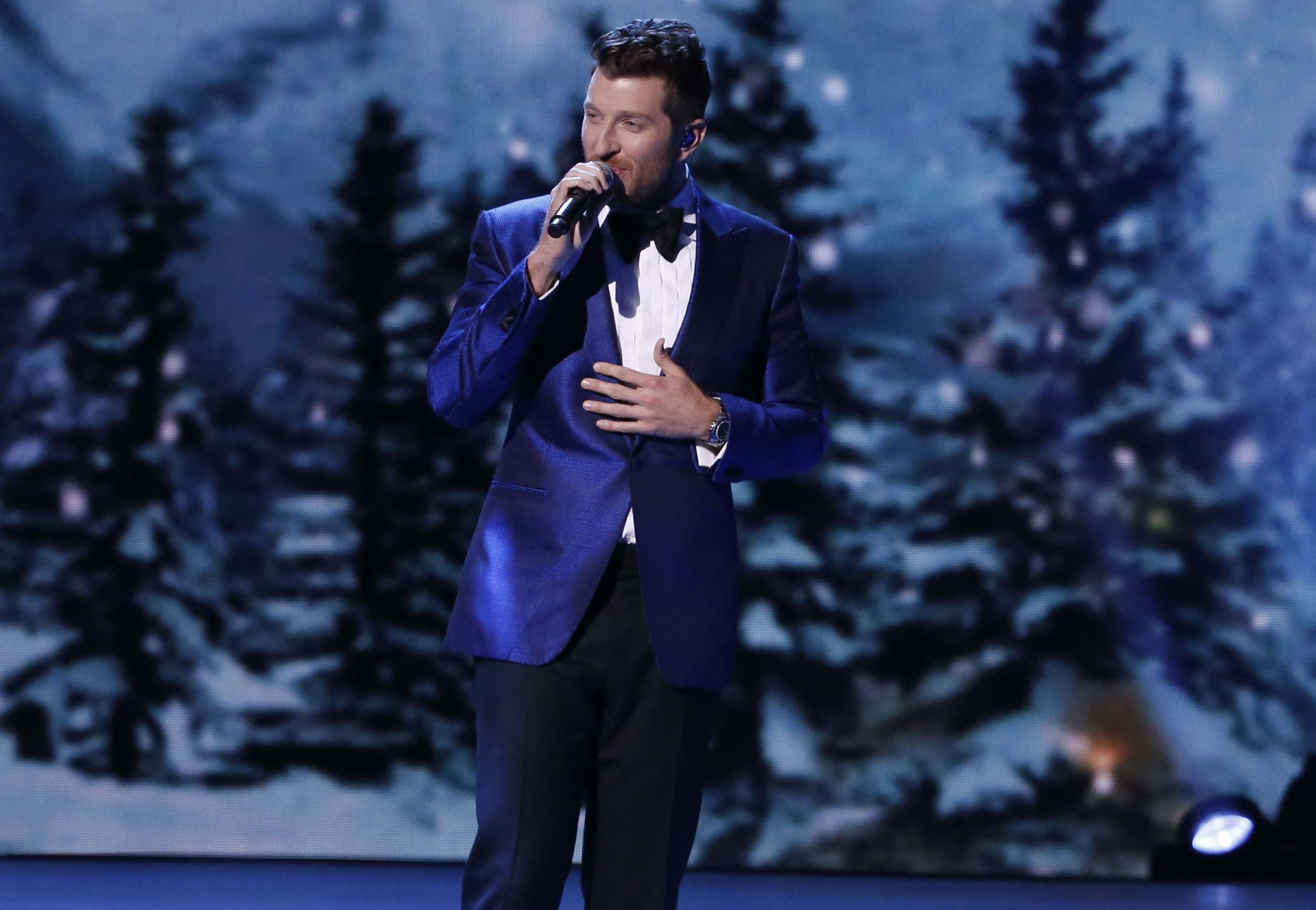 have yourself a merry little christmas with help from brett eldredge sounds like nashville