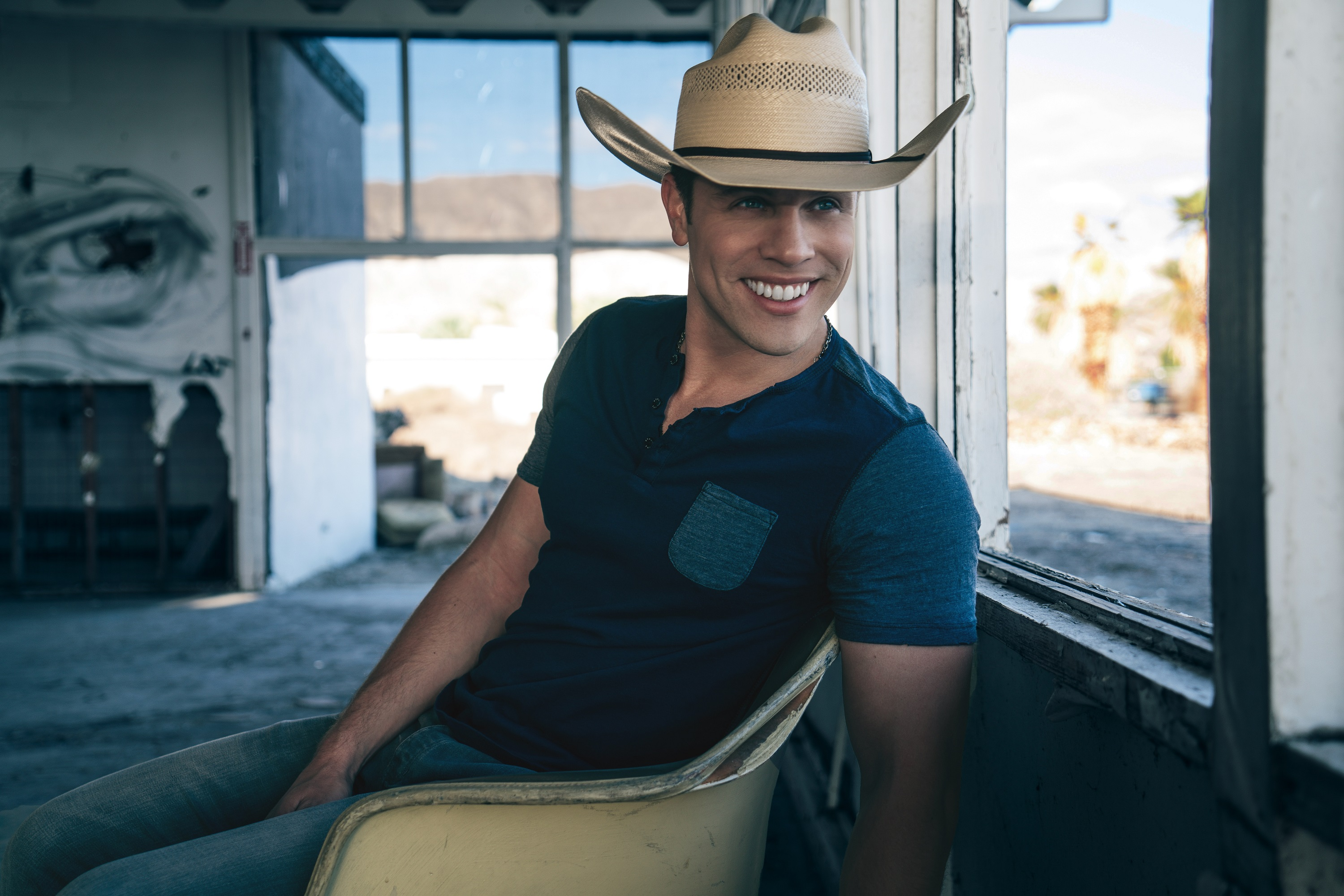 Dustin Lynch Is 'Seein' Red' On the Road and In the Studio in 2017