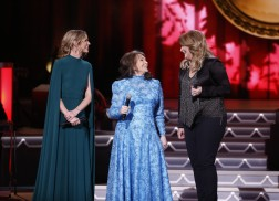 Jennifer Nettles, Trisha Yearwood and Loretta Lynn Join Forces For 'Country Christmas' Performance