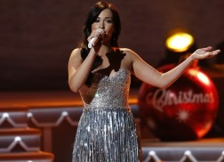 Kacey Musgraves Dreams of 'Green and Bright' Christmas with 'Mele Kalikimaka' Performance