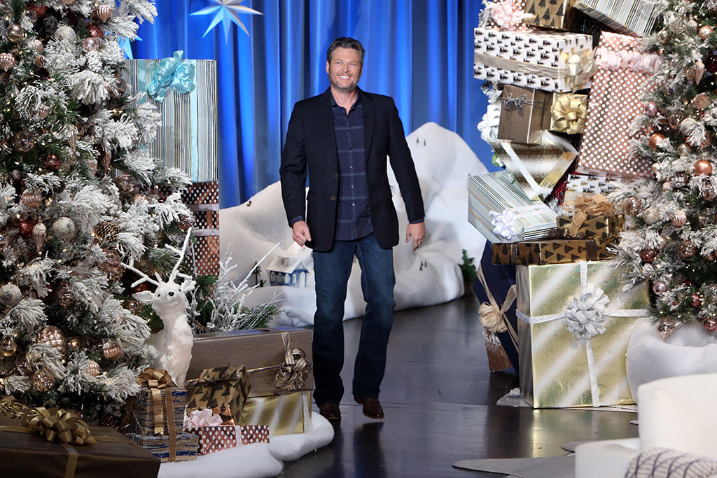 Ellen 12 Days Of Christmas Tickets.Blake Shelton Plays The Elf For 12 Days Of Giveaways On
