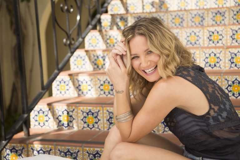 Jennifer Nettles Injured After Stage Fall