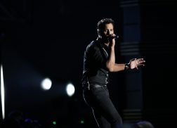 Luke Bryan Snoops Through Fan's Text Messages During Concert