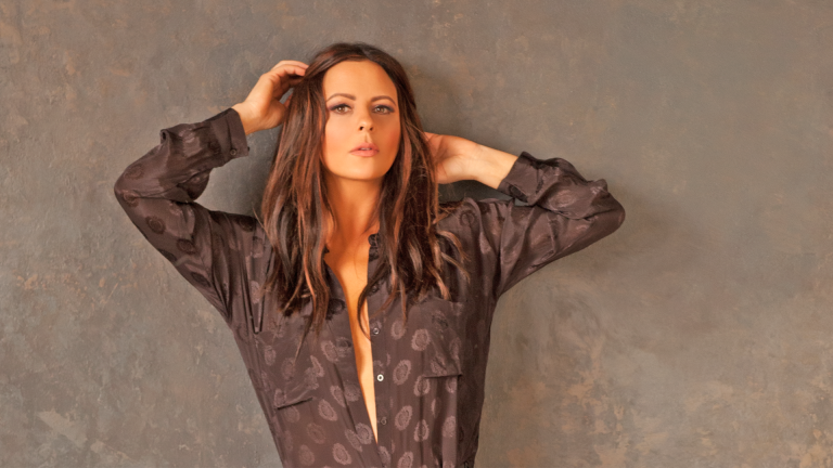 Sara Evans Premieres Dark Video for 'Marquee Sign'