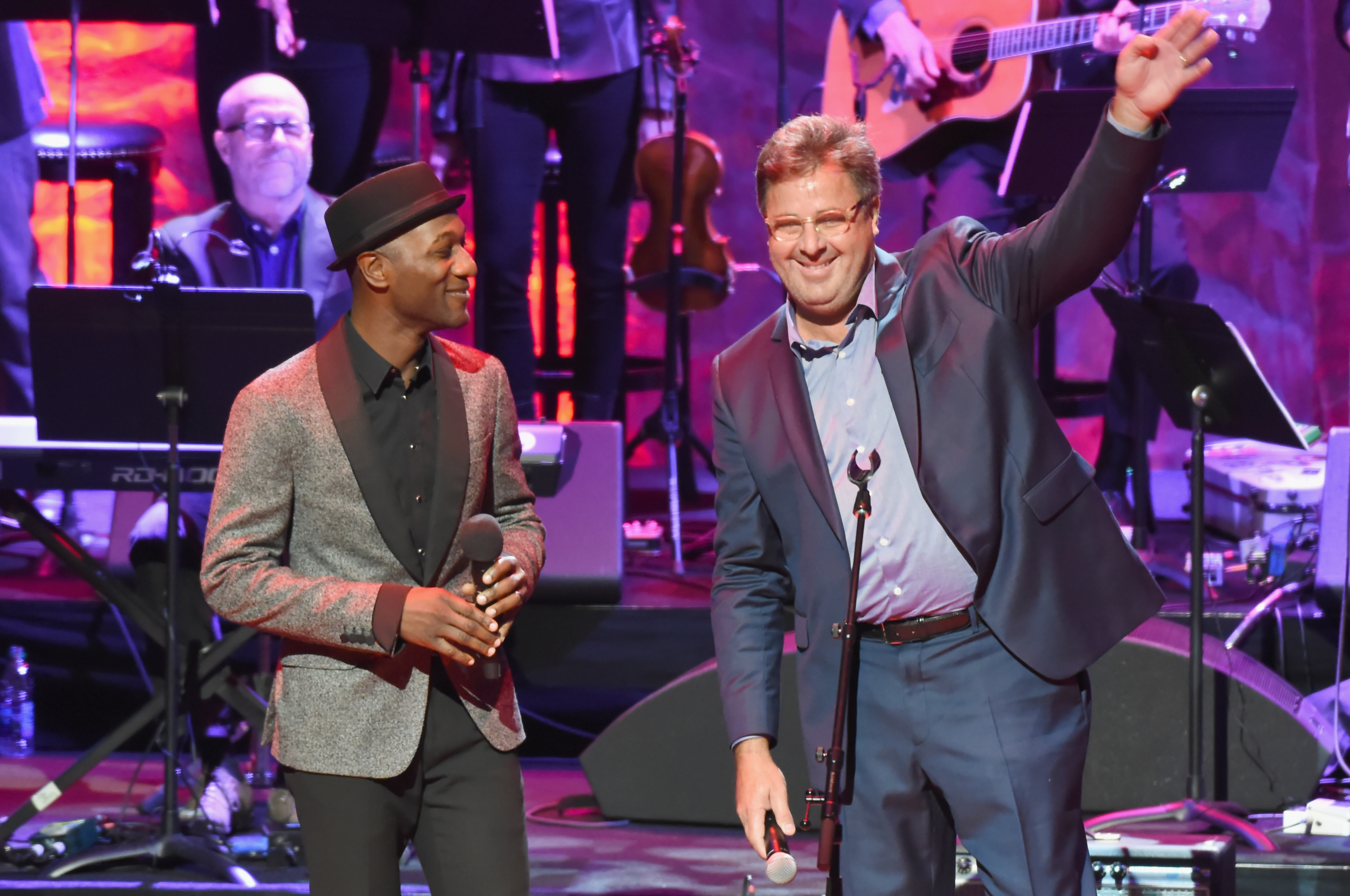 Aloe Blacc and Vince Gill speak onstage during the Country Music Hall of Fame and Museum Medallion Ceremony; Photo by Rick Diamond/Getty Images for Country Music Hall Of Fame & Museum