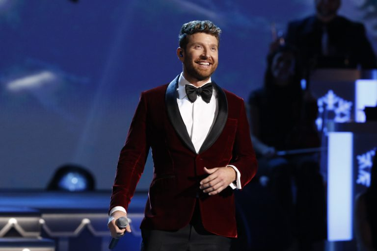Brett Eldredge Charms 'CMA Country Christmas' Crowd with 'Winter Wonderland'