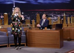 Kelly Clarkson Sings Google Translated Version of 'Stronger' on 'Tonight Show'