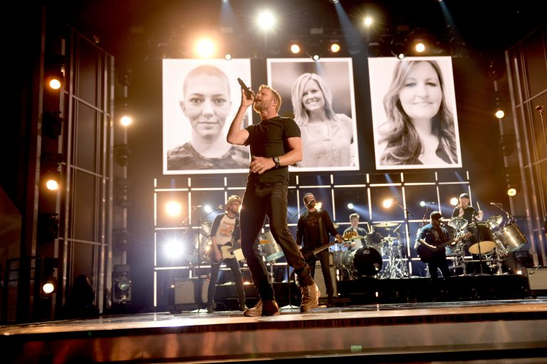 Dierks Bentley Delivers Anthemic Performance of 'Woman, Amen'