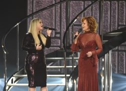 Reba McEntire, Kelly Clarkson Mesmerize at 53rd ACM Awards