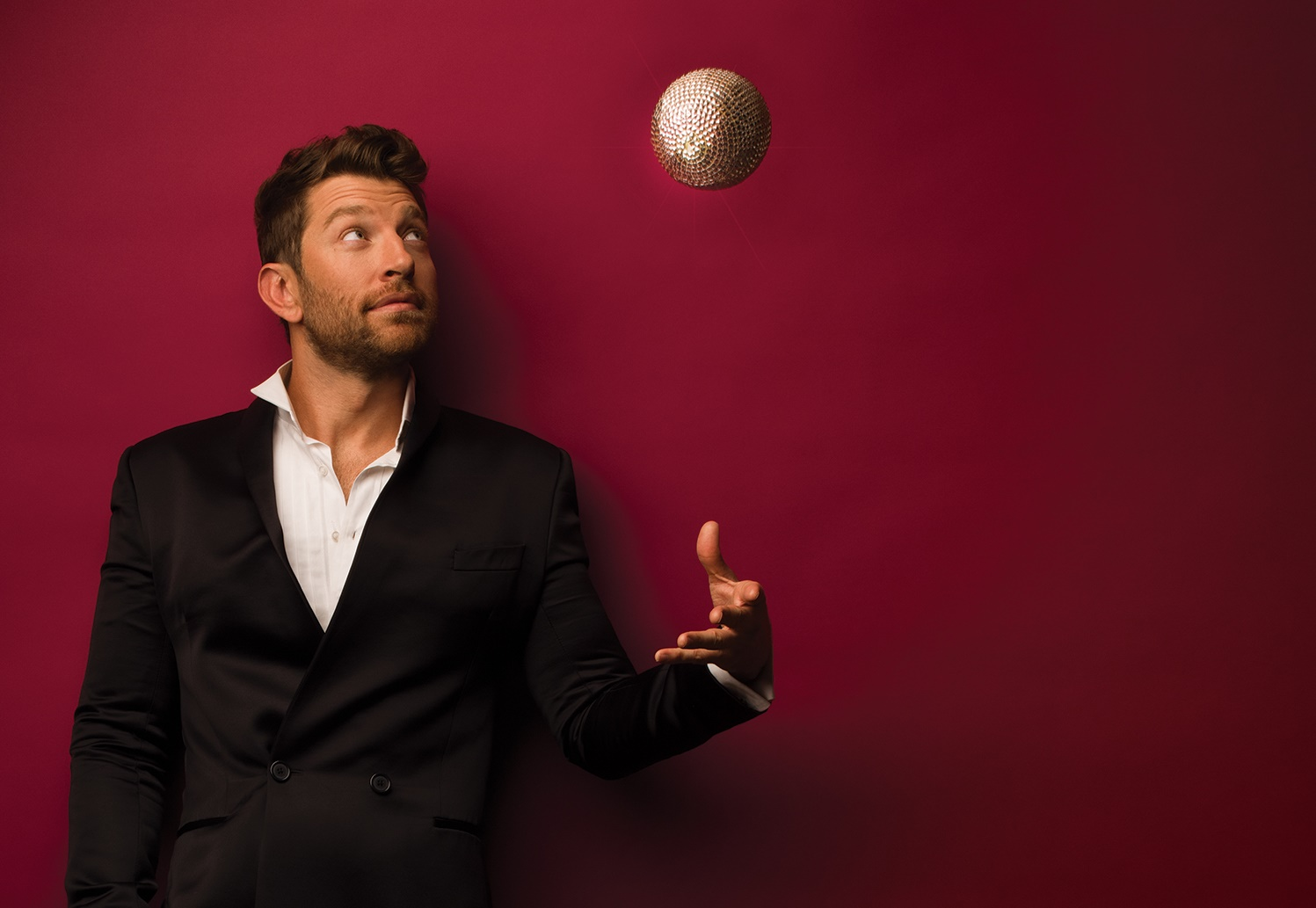 Brett Eldredge Is In The Holiday Spirit With 'Glow 2.0′
