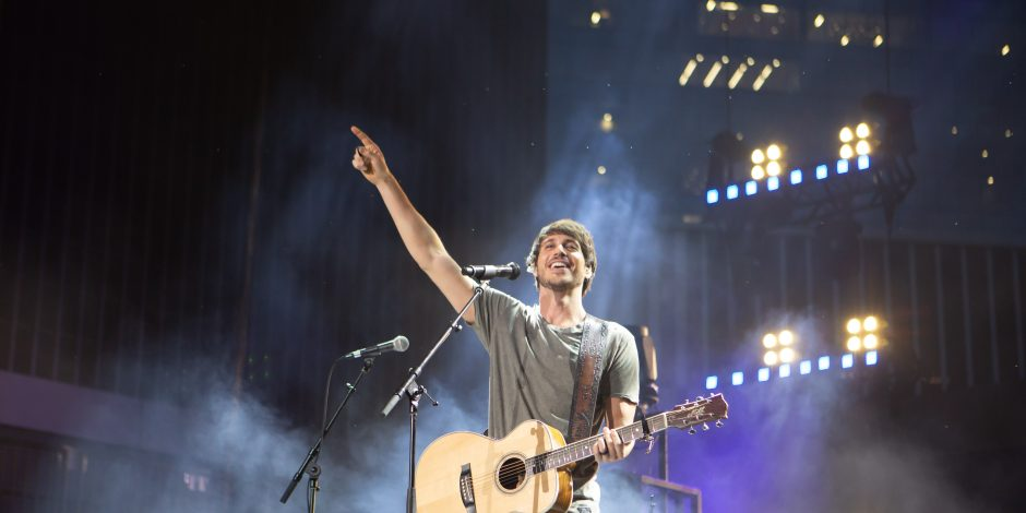Morgan Evans Scores First U.S. No.1 Single with 'Kiss Somebody'