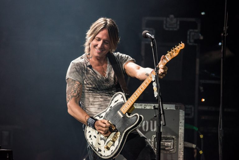 Keith Urban Surprises New Jersey Crowd With Acoustic Version of 'Stupid Boy'