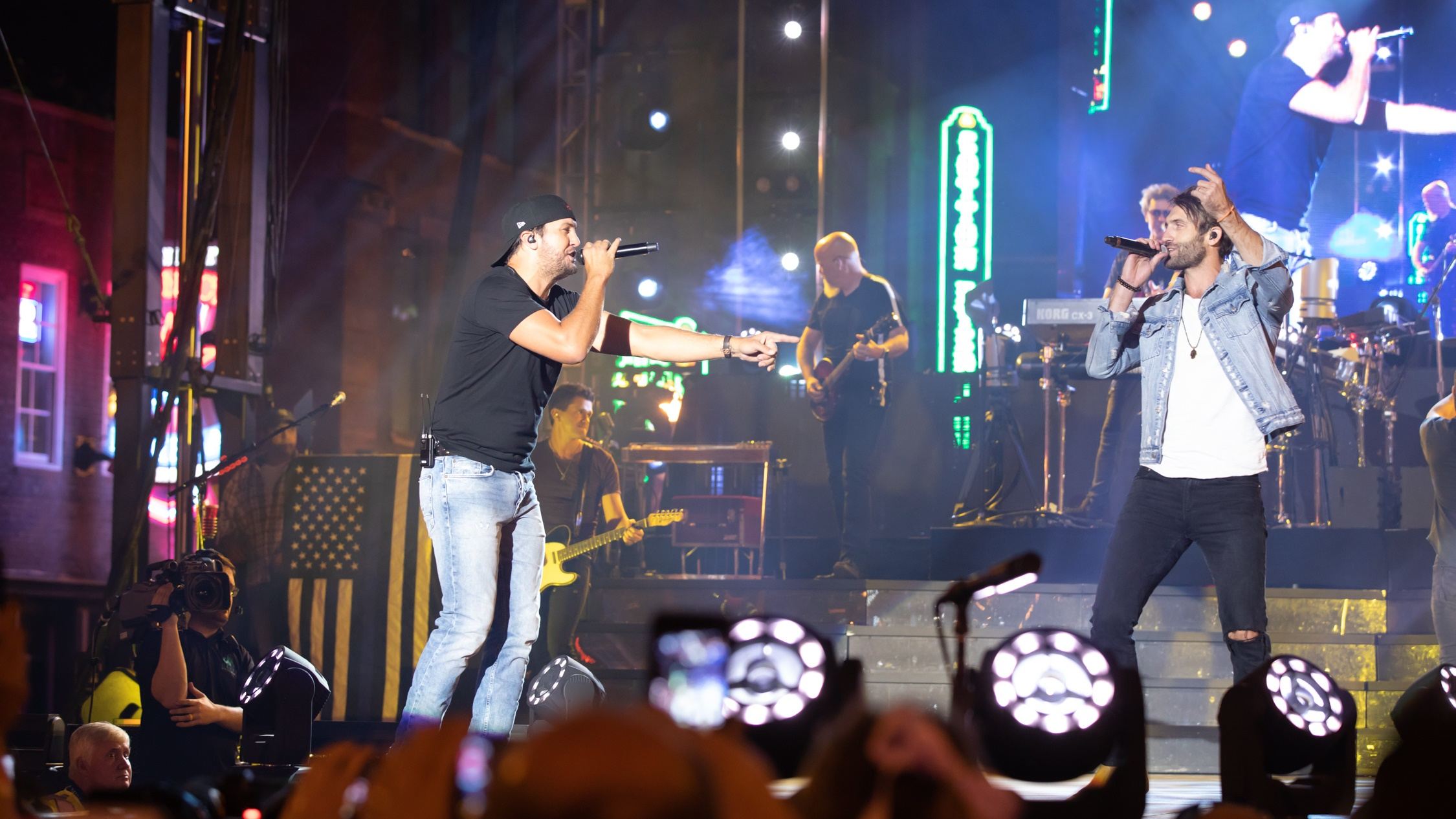Luke Bryan Plays To 30 000 Fans During Free Downtown