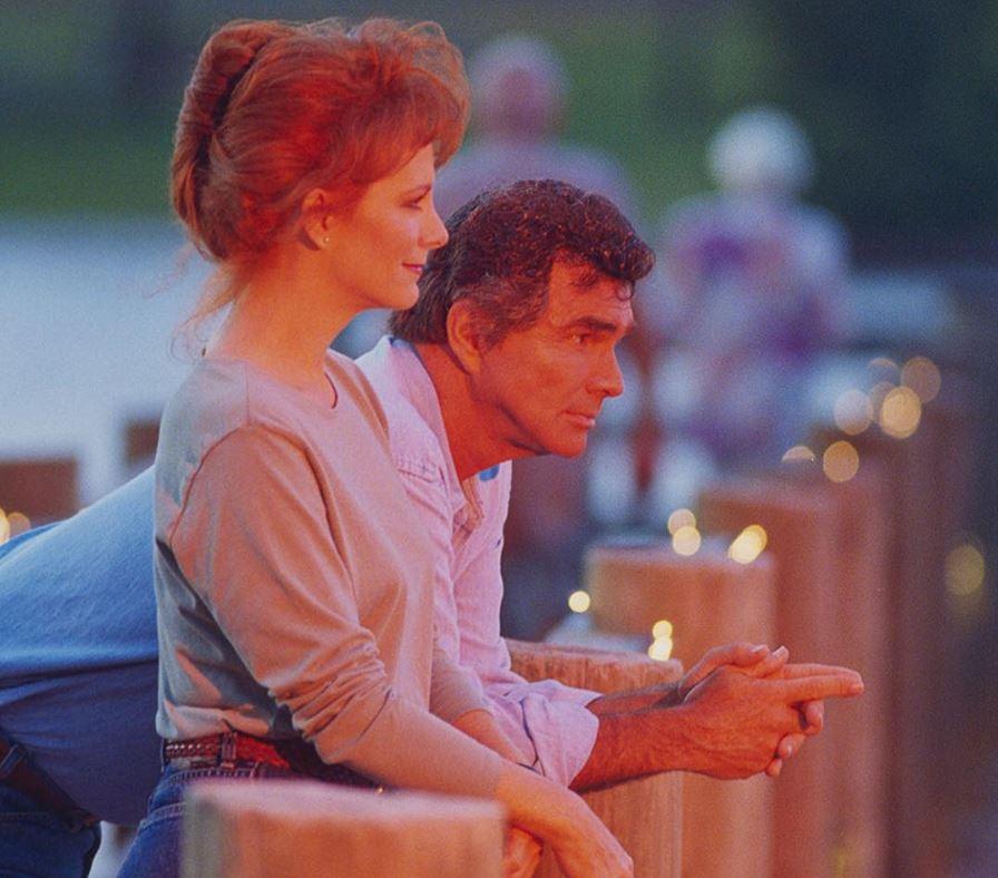 Burt Reynolds Dies at 82, Reba, Dolly and More React