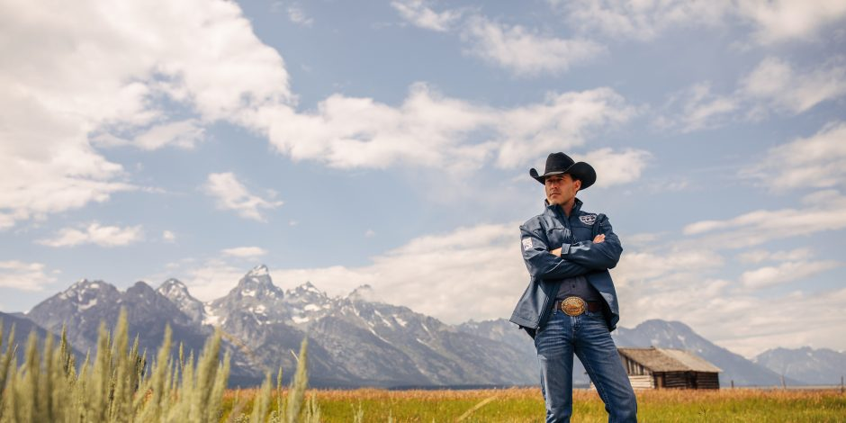 Aaron Watson Enlists His Children for New Holiday Album 'An Aaron Watson Family Christmas'