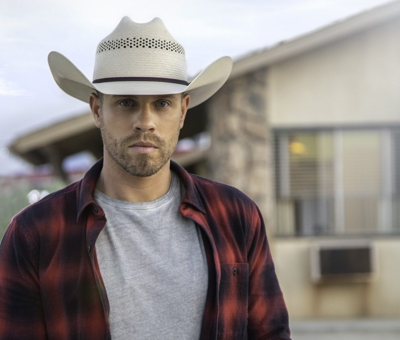 Dustin Lynch's 'Good Girl' Lands at No.1 on Country Radio