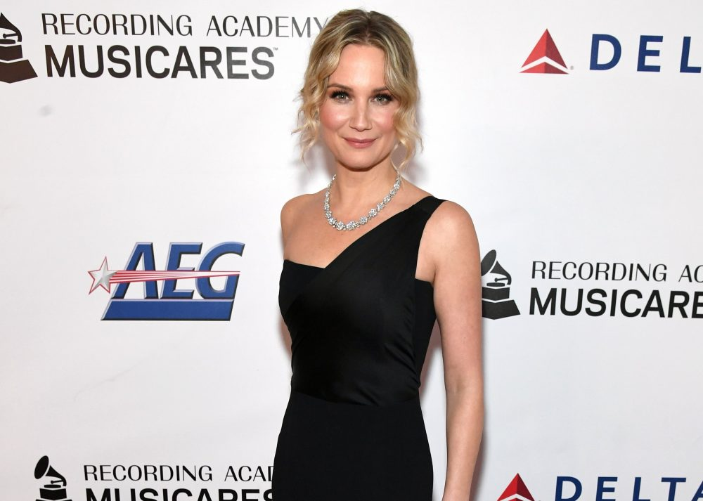 Jennifer Nettles Accepts Award for LGBTQ Support