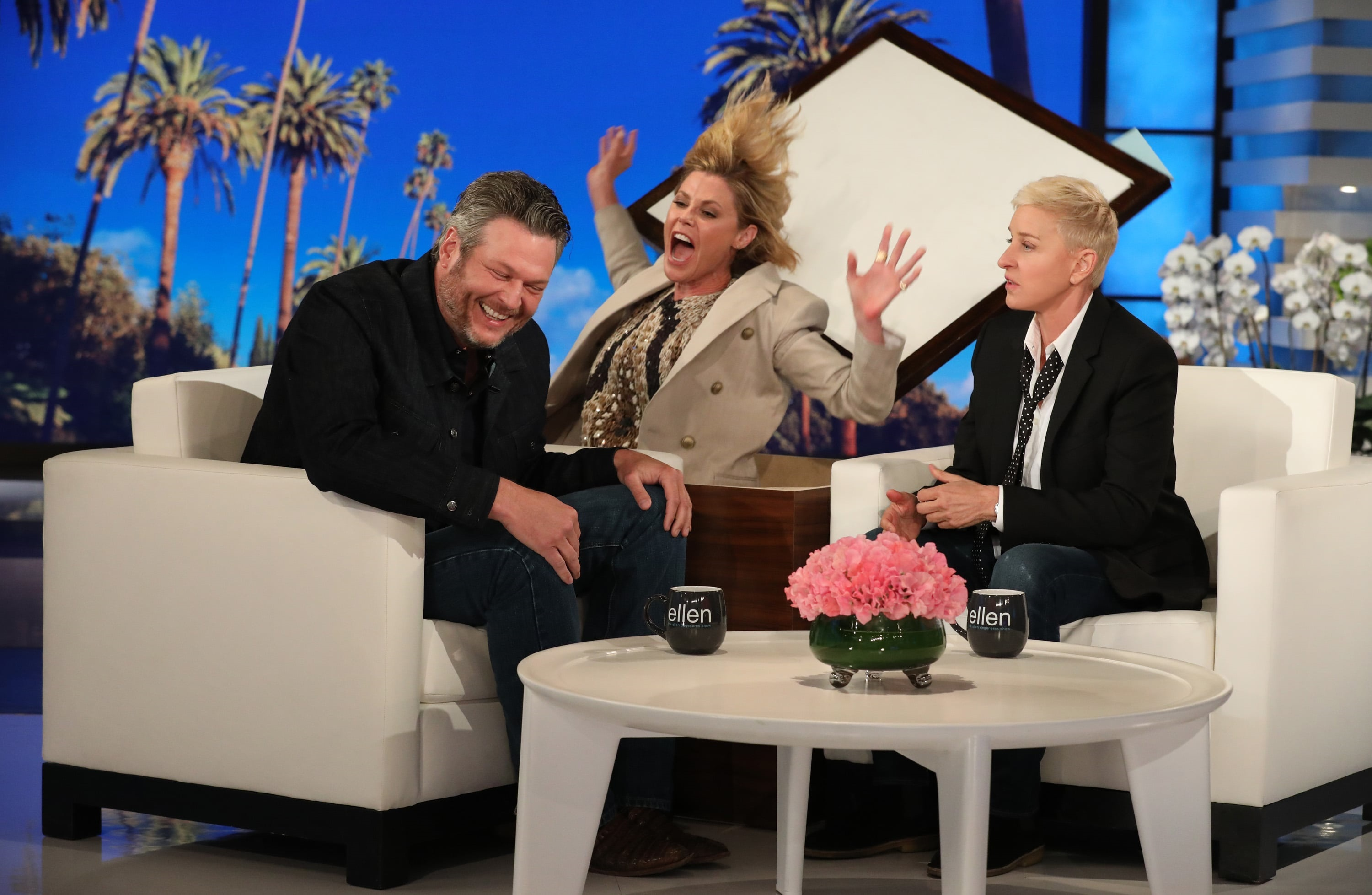 Sensational Blake Shelton Gets Spooked By Julie Bowen On The Ellen Show Gamerscity Chair Design For Home Gamerscityorg