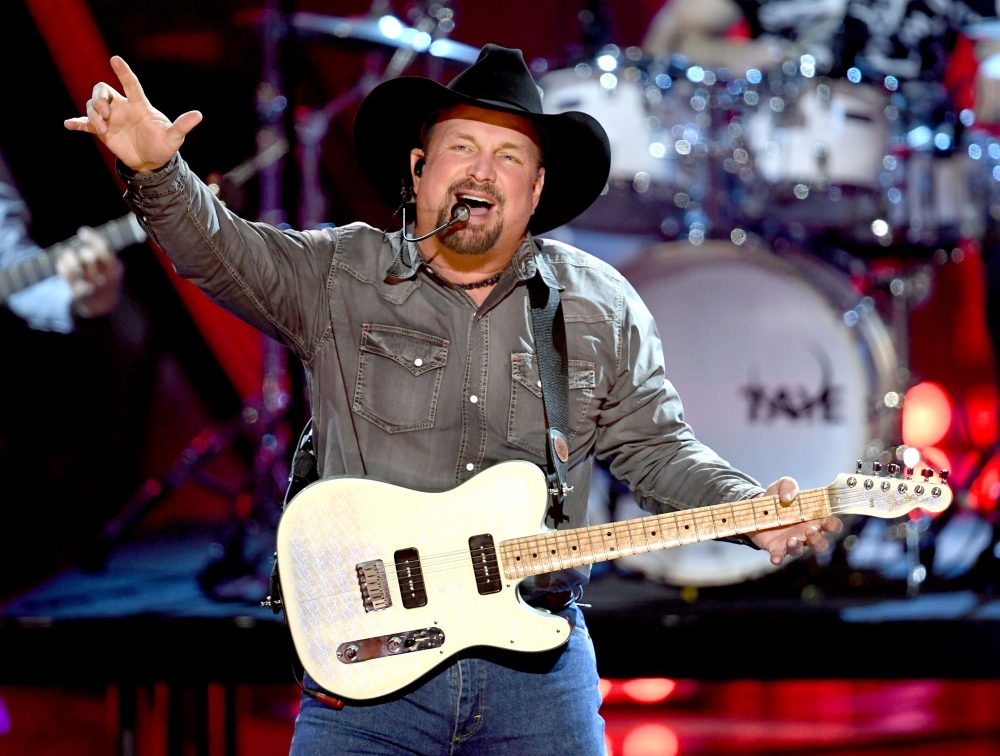 Garth Brooks Teases Seven City Tour of 'Dive Bars'