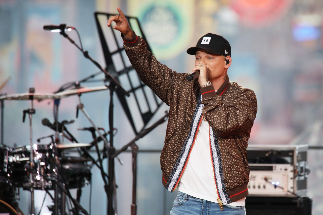 Kane Brown is Lighthearted With 'Short Skirt Weather' at 2019 CMT Awards