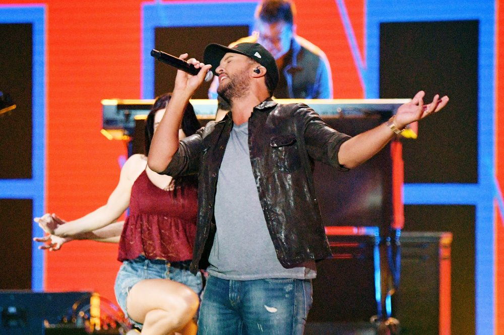Luke Bryan Brings Smooth 'Knockin' Boots' to 2019 CMT Awards