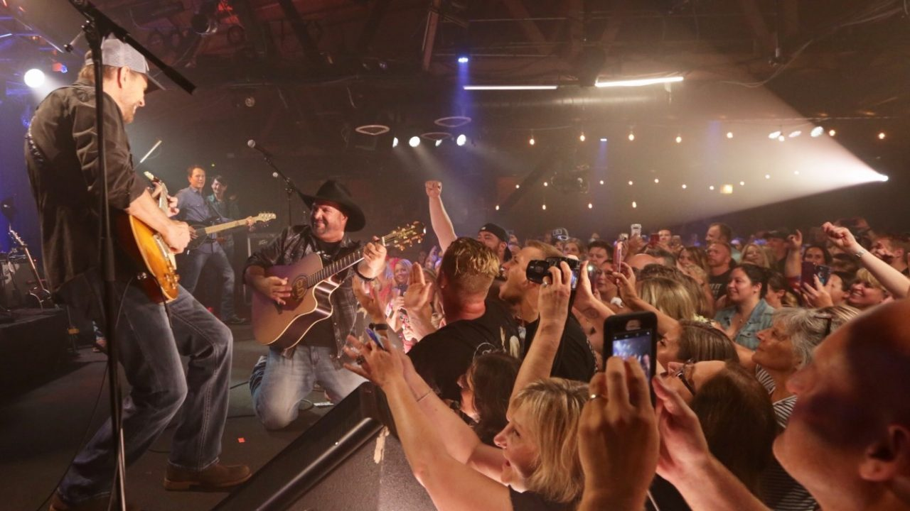 Garth Brooks Rocks Chicago on First Dive Bar Tour Stop