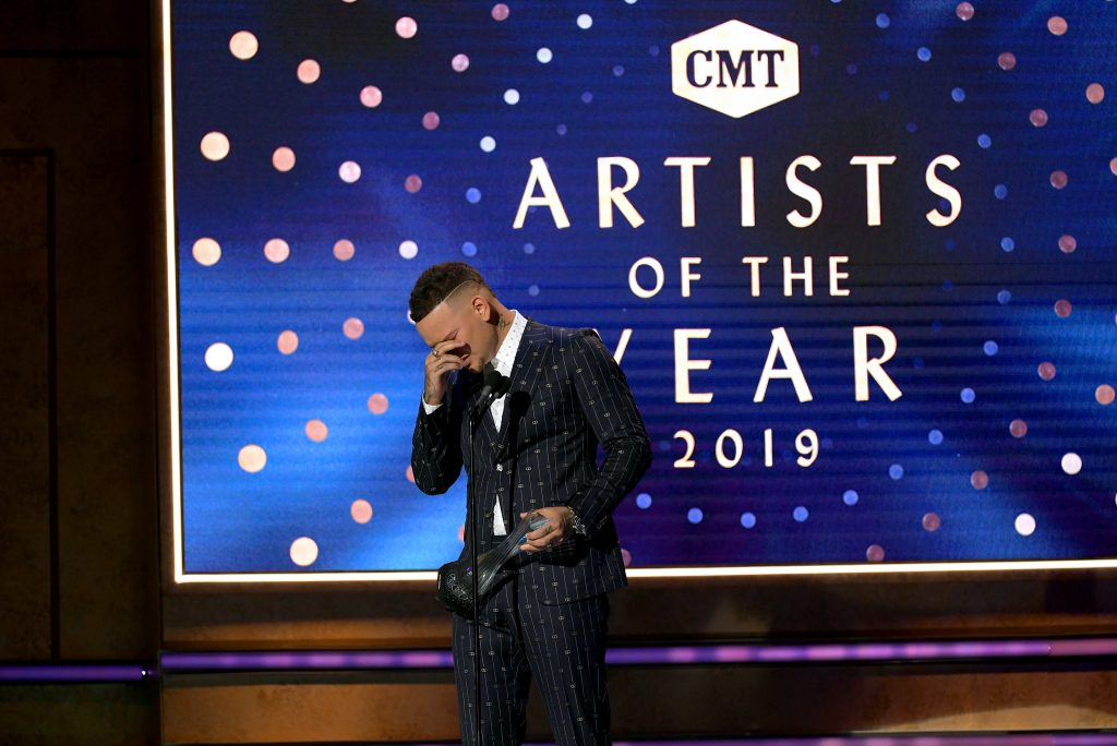 Kane Brown accepts an award onstage during the 2019 CMT Artist of the Year (Photo by Jason Kempin/Getty Images for CMT/Viacom)