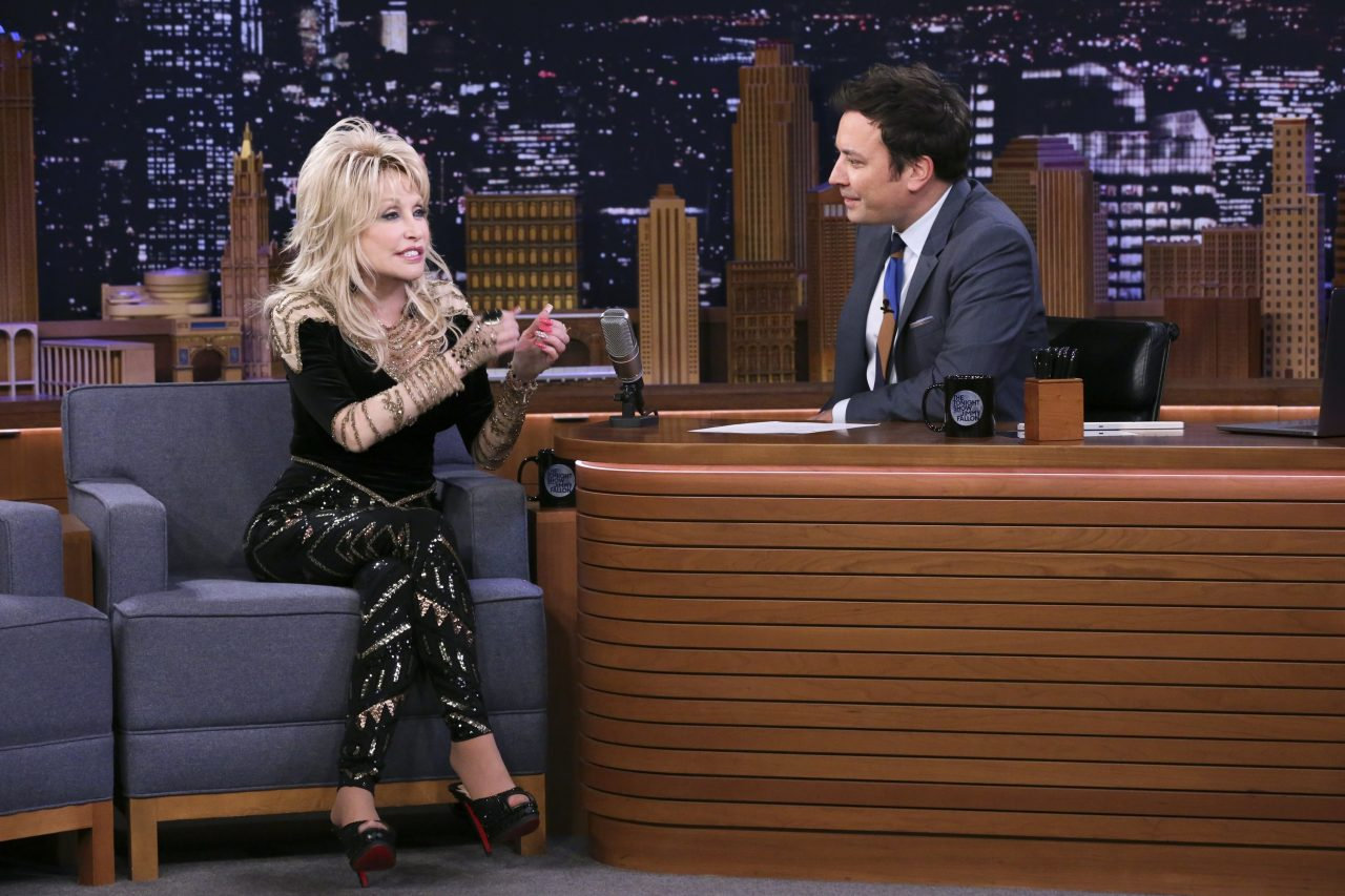 Watch Dolly Parton Trick Jimmy Fallon With a Hilarious Story