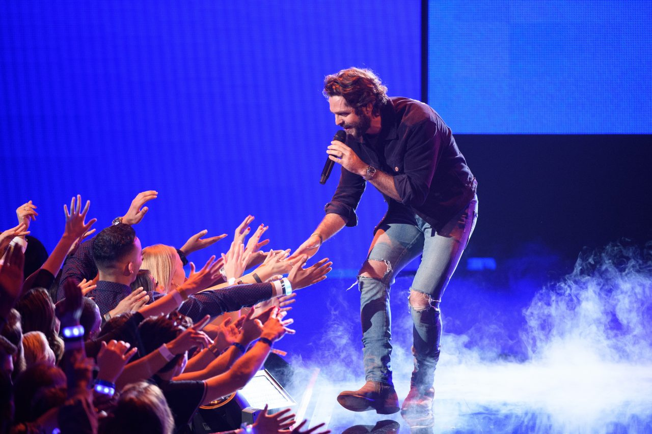 Thomas Rhett Lights Up AMAs With 'Look What God Gave Her'