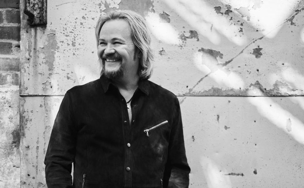 Travis Tritt Brings Back the Good Old Days for 'Smoke In Bar' Video