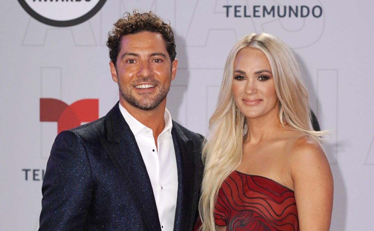 Carrie Underwood Joins David Bisbal For 'Tears of Gold' At Latin AMAs