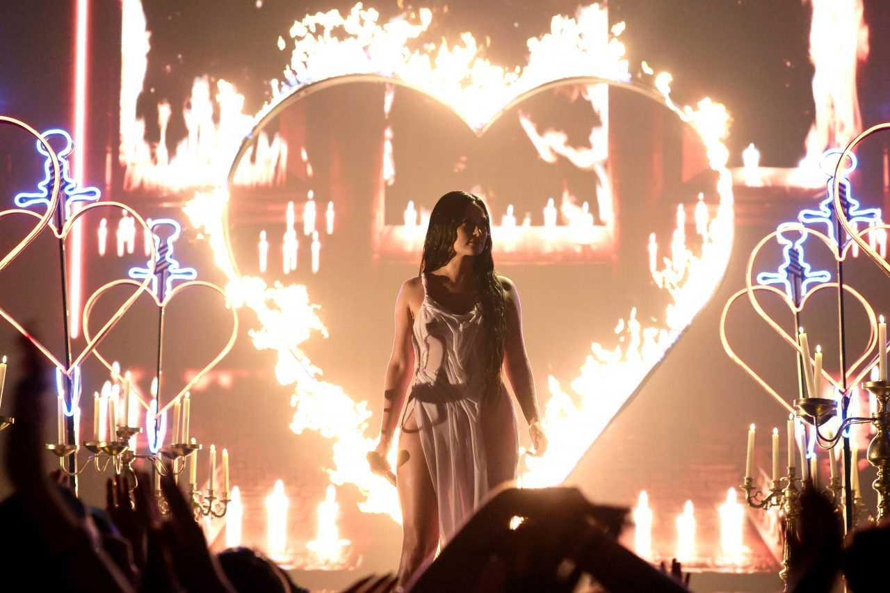 Kacey Musgraves Debuts on VMAs with Theatric Performance of 'Star-Crossed'